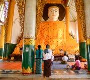 Det Burmese folket ber på den Shwedagon pagoden i Yangon Arkivbilder