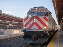 Det Caltrain drevet ankommer på den San Jose plattformen Frontal sikt på solen royaltyfria foton