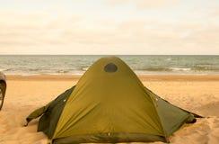 Det campa tältet och bilen på sjösidadagen vinkar havet Royaltyfri Fotografi