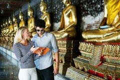 Det Caucasian paret turnerar på templet royaltyfri bild