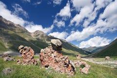 det caucasus gräsberg vaggar dalen Arkivfoton
