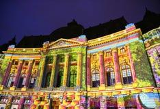Det centrala universitetarkivet av Bucharest dekorerade med färgrika ljus Arkivfoto