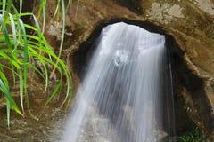 det chan hålet sjöng vattenfallet Arkivbild