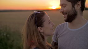 Det charmiga barnet kopplar ihop att kyssa i vetefält på solnedgången lager videofilmer