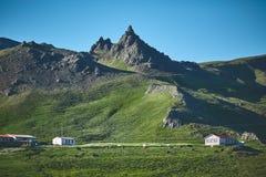 Det charmiga lantliga lantliga huset på fjordbakgrund Royaltyfri Foto