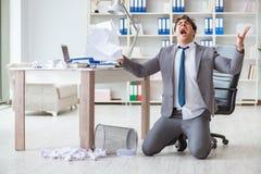 Det chockade arbetet för ilsken affärsman i det plundrade kontoret som avfyras arkivfoton