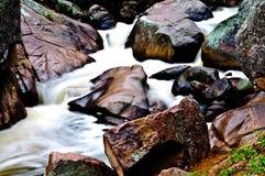 det colorado berg vaggar den steniga strömmen Arkivfoton