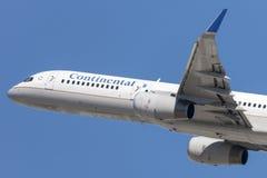 Det Continental Airlines Boeing 757 flygplanet tar av från Los Angeles den internationella flygplatsen Arkivbild