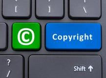 Det Copyright text och symbolet knäppas på tangentbordbegrepp arkivbild