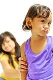 det cranky barnet övertalar den teen systern royaltyfri fotografi