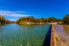 Det Crystal Clear Frio River Swimming området på Garner State Park royaltyfri bild
