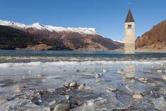 Det Curon Klocka tornet som visas från djupfrysta vågor av sjön, Resia, Arkivfoto