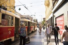 Det Czechia folket och utlänninghandelsresande använder den retro spårvägen på I P Pavlova station Arkivfoto