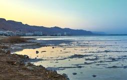 Det döda havet, är saltar sjön som gränsar Jordanien till norden och Israel till det västra arkivfoto