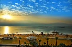 Det döda havet, är saltar sjön som gränsar Jordanien till norden och Israel till det västra fotografering för bildbyråer