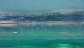 Det döda havet, är saltar sjön som gränsar Jordanien till norden och Israel till det västra royaltyfri bild