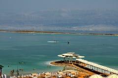 Det döda havet, är saltar sjön som gränsar Jordanien till norden och Israel till det västra royaltyfri foto