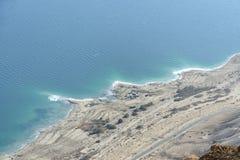 Det döda havet seglar utmed kusten. royaltyfria bilder
