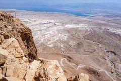 Det döda havet uppifrån av Masada i Israel arkivfoton