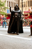 Det Darth Vader teckenet går i Atlanta Dragon Con Parade Royaltyfri Foto