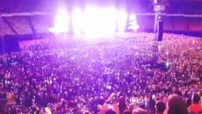Det Defocused fotoet av stor stadion som ?r fullt av fans p?, vaggar musikkonsert Perfekt bakgrund f?r att illustrera partiet, di royaltyfri bild