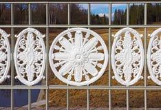 Det dekorativa staketet av bron parkerar in av Pavlovsk St Peters Royaltyfri Foto