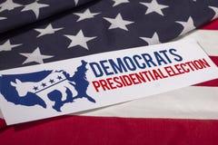 Det demokratiska presidentvalet röstar och amerikanska flaggan Royaltyfria Bilder