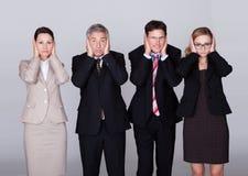 Det deras innehav för fyra businesspeople gå i ax Royaltyfri Bild