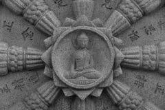 Det Dharma hjulet med Buddha i mitten grundar på en sydkoreansk buddistisk tempel Arkivfoto
