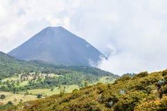Det disiga landskapet med maximumet av den Izalco vulkan, El Salvador Fotografering för Bildbyråer