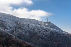Det djupfrysta berget och TV-/Radiotornet Royaltyfri Fotografi