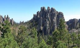 Det dramatiska berget Ridge p? sm? j?klar st?r h?gt slingan i visaravsnittet av Custer State Park, South Dakota arkivbilder