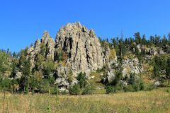Det dramatiska berget Ridge p? sm? j?klar st?r h?gt slingan i visaravsnittet av Custer State Park, South Dakota royaltyfri foto