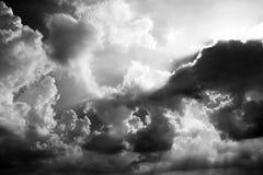 Det dramatiska stormmolnet och aftonhimlen i svartvitt Arkivfoton