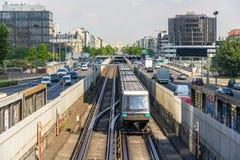 Det Driverless drevet på pneumatiskt rullar in den Paris tunnelbanan royaltyfri fotografi