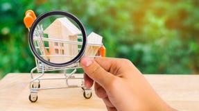 Det egenskapsinvesteringen och huset intecknar finansiellt begrepp buying royaltyfri foto