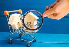 Det egenskapsinvesteringen och huset intecknar finansiellt begrepp buying royaltyfria foton