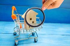 Det egenskapsinvesteringen och huset intecknar finansiellt begrepp buying arkivbilder