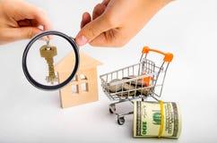 Det egenskapsinvesteringen och huset intecknar finansiellt begrepp buying royaltyfri bild