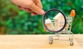 Det egenskapsinvesteringen och huset intecknar finansiellt begrepp buying arkivfoton