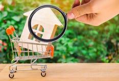 Det egenskapsinvesteringen och huset intecknar finansiellt begrepp buying arkivfoto