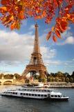 Det Eiffel tornet med höst låter vara i Paris, Frankrike Royaltyfri Fotografi
