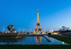 Det Eiffel tornet paris och statyn av tjuren head Arkivfoton