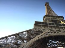Det Eiffel tornet som sett underifrån royaltyfria bilder