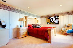 Det eleganta sovrummet med rich sned möblemang Arkivbilder