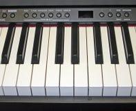 Det elektroniska pianot skrivar royaltyfri bild