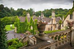 Det engelska herrgårdhotellet med parkerar och golfklubben Arkivbilder