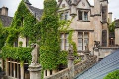Det engelska herrgårdhotellet med parkerar och golfklubben Royaltyfria Foton