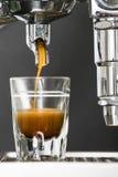 Det enkla espressoskottet bryggade i ett skottexponeringsglas Arkivbild