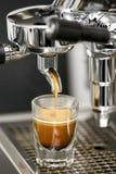 Det enkla espressoskottet bryggade i ett skottexponeringsglas Royaltyfri Bild